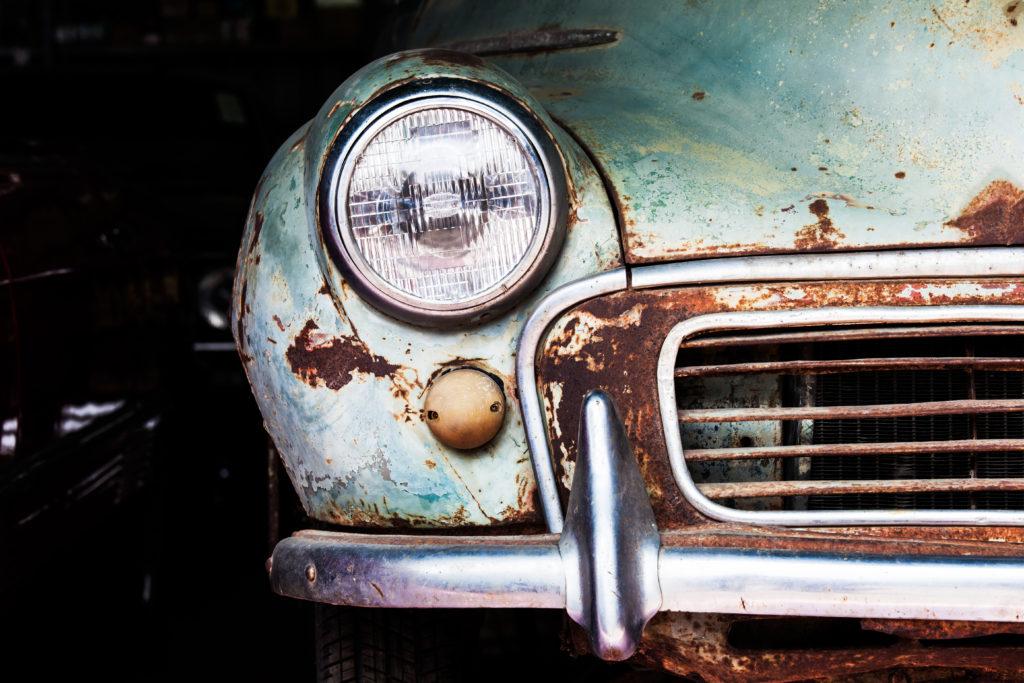 Verroeste bumper van een oude auto